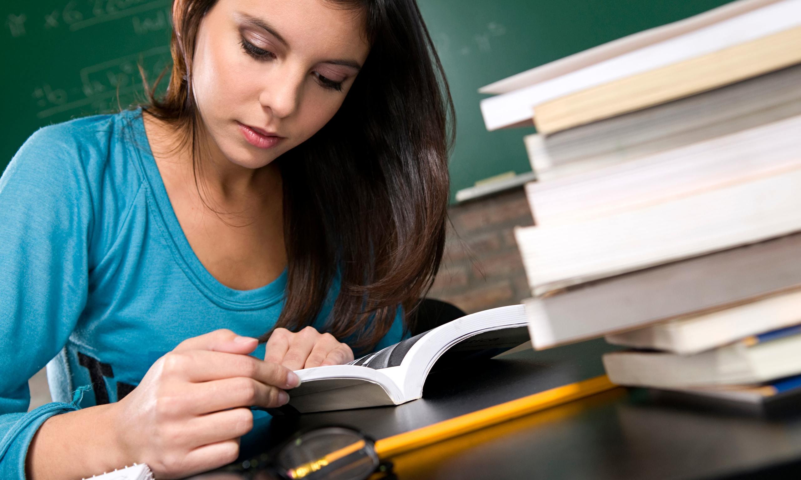 [Imagen: Female-student-studying-014.jpg]