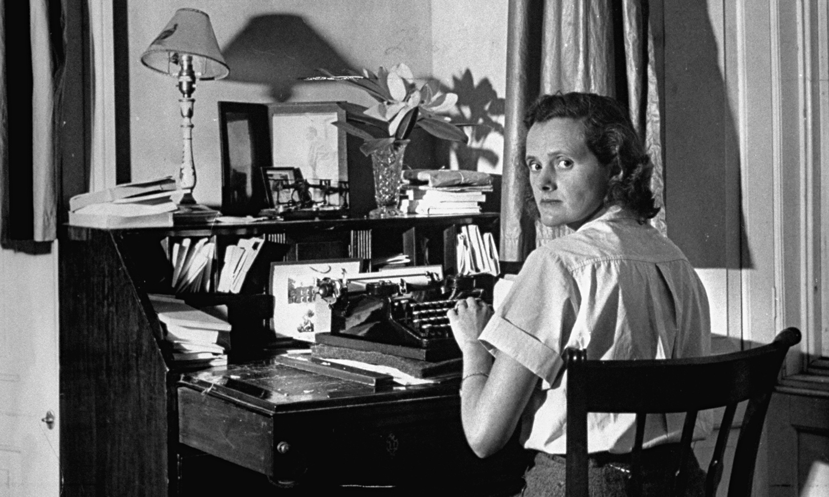 https://static-secure.guim.co.uk/sys-images/Guardian/Pix/pictures/2014/8/20/1408539945423/Author-Daphine-Du-Maurier-011.jpg