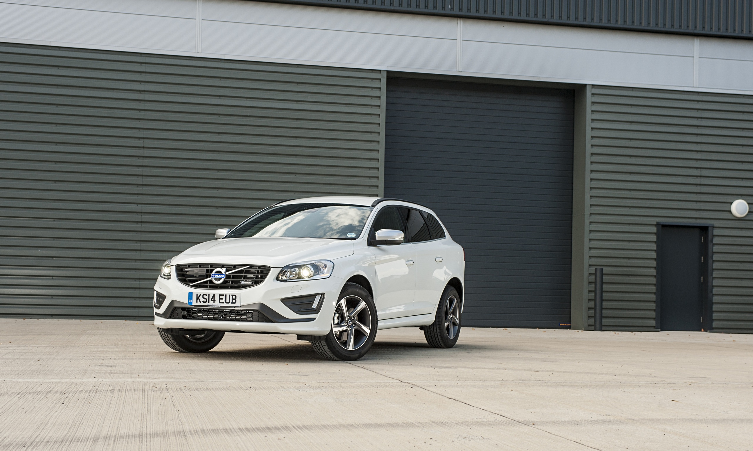 volvo xc60 d4 automatic r design car review technology the guardian. Black Bedroom Furniture Sets. Home Design Ideas